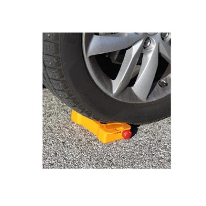 Sender BRICK wird von einem Auto überfahren